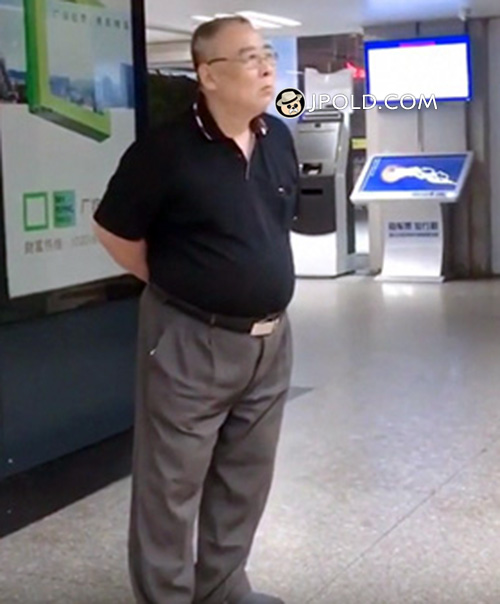 Glasses old daddy in the subway station
