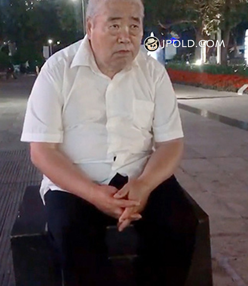 White short hair fat old man sat on the square
