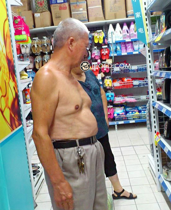 Short hair old daddy shopping in the supermarket