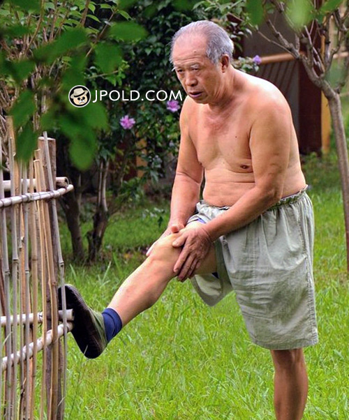 White hair grandpa was exercising in the yard