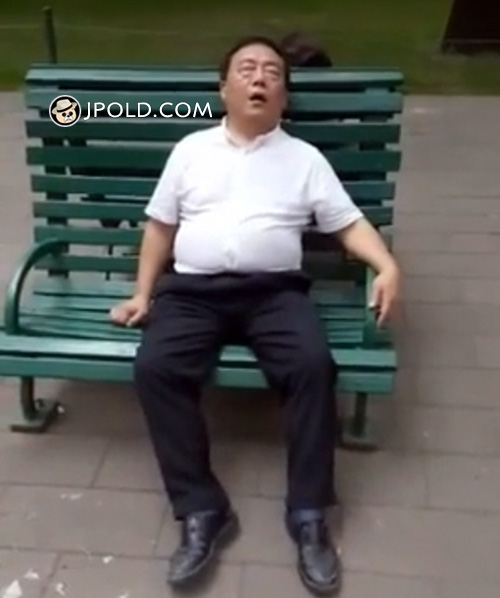 Old daddy slept on the bench in the park
