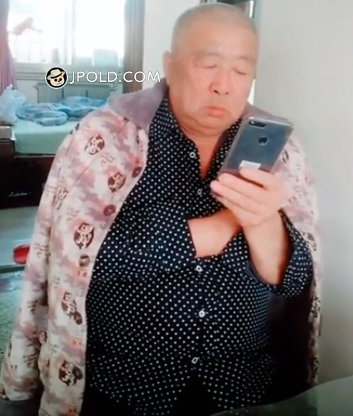 Old daddy played cellphone at home