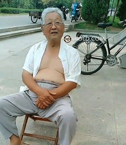 White hair glasses old man sat by the roadside VIDEO The 1 Picture