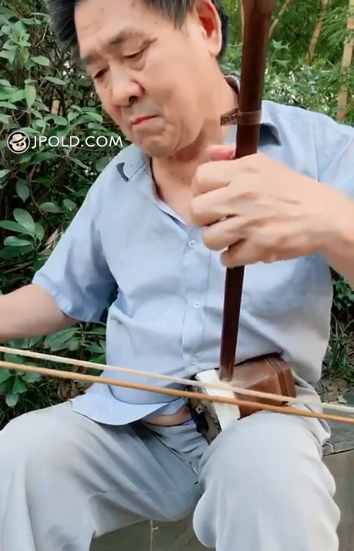 Old daddy was playing the erhu in the park