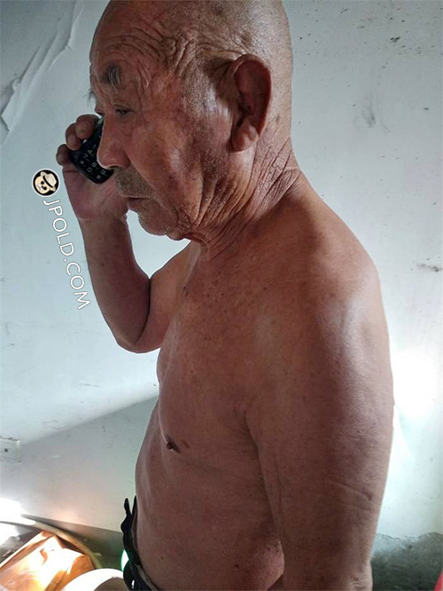 Tell Grandpa how to use mobile phone