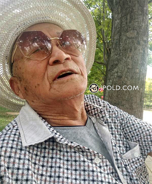 Glasses old man wore a hat talked healthy on the bench