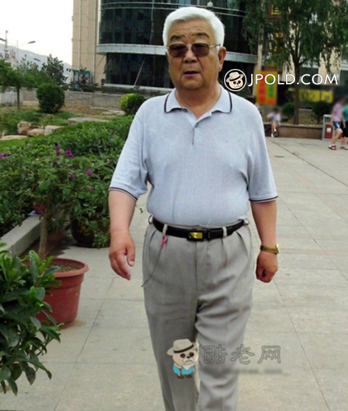 White hair sunglasses old man in blue polo shirt walked