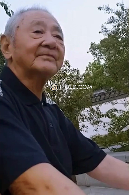 White hair old man rest in the park