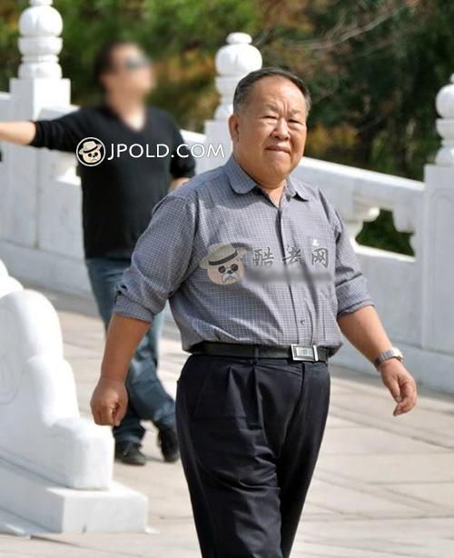 Grey shirt old daddy walked in the park