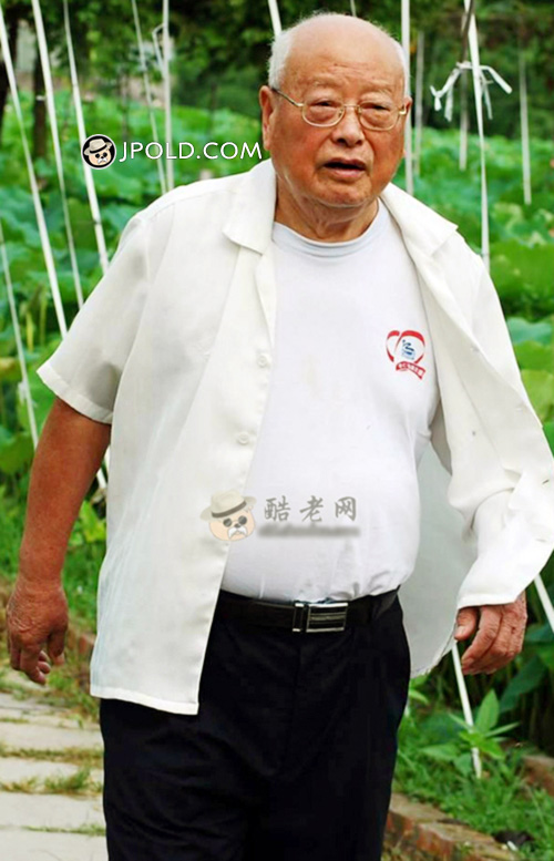 White hair glasses old man walked in the lotus pond