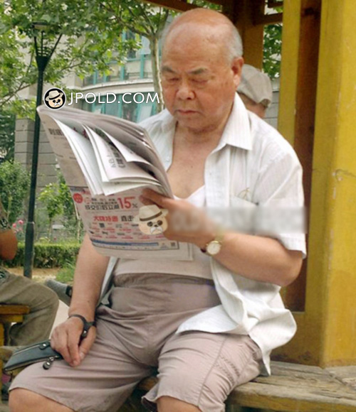 White hair old man was reading newspaper