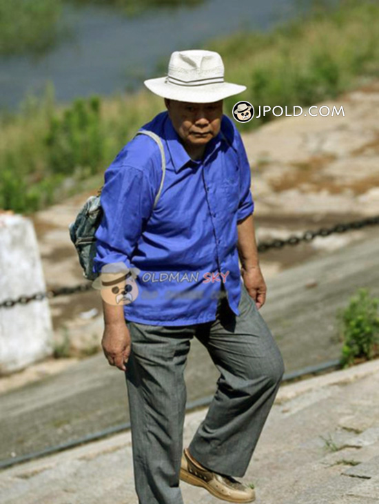 Blue shirt old man wore a white hat washed his clothes