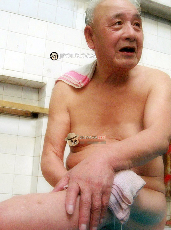 White hair old man rest in the SPA public room