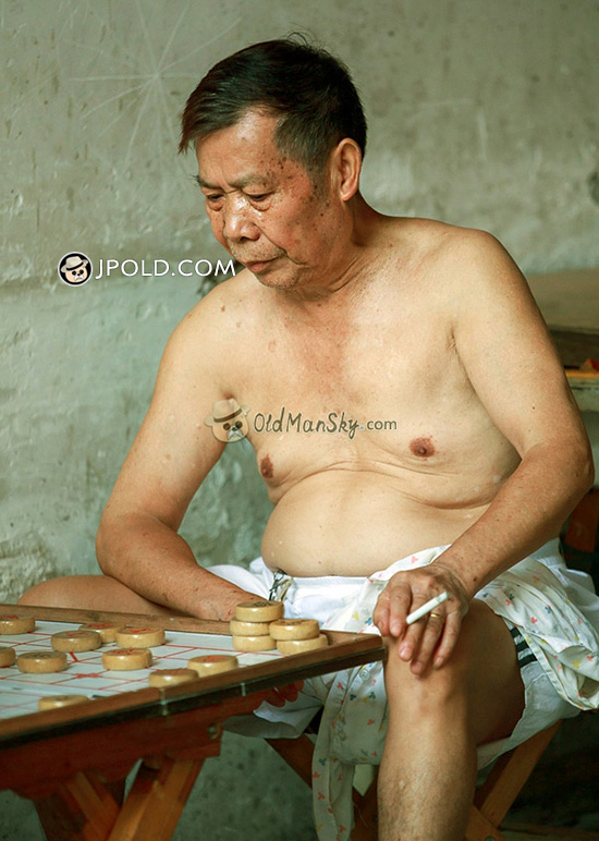 Old daddy in a middle pants played Chinese chess
