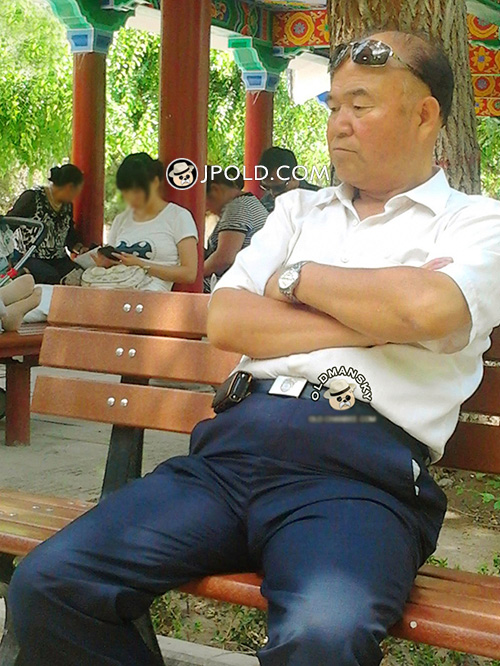 White shirt daddy sat on the bench in park