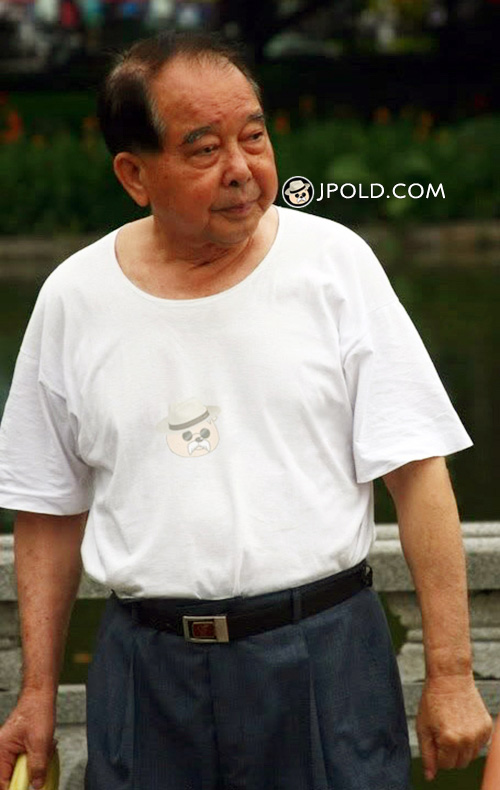 White undershirt and blue trousers old daddy walked in the park
