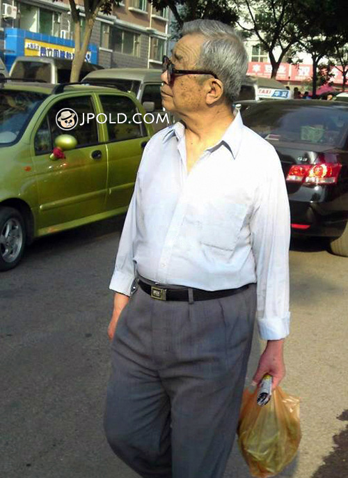Sunglasses old man in white shirt went shopping