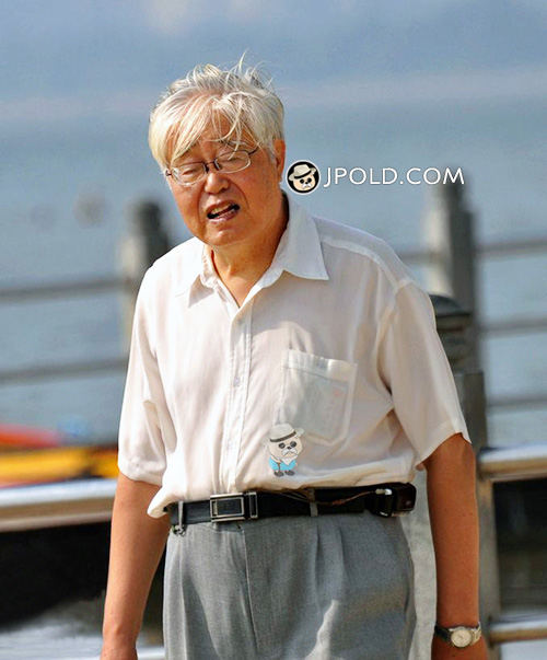 White hair glasses old man walked at the sea