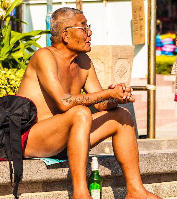 Swimming glasses old man sitting on the road
