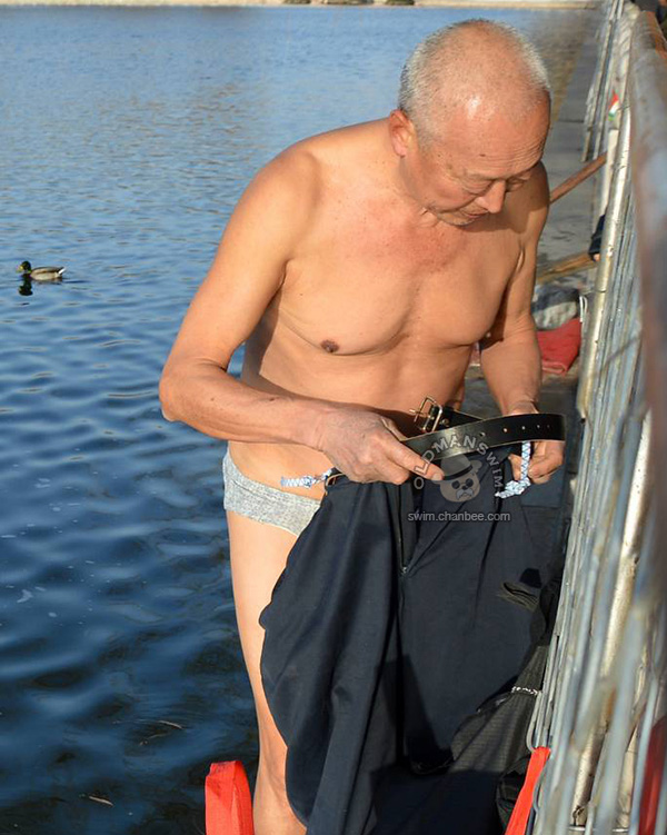 Grandpa in a underwear to swimming in the lake