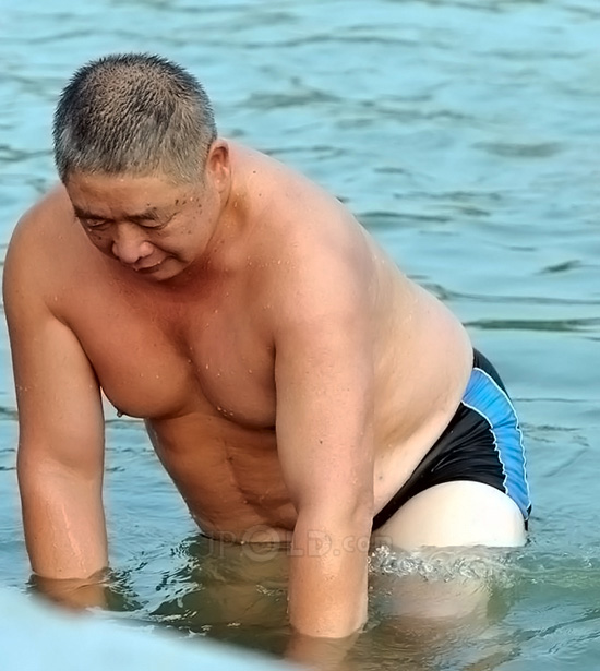 Chubby swimming daddy in black underwear out of water