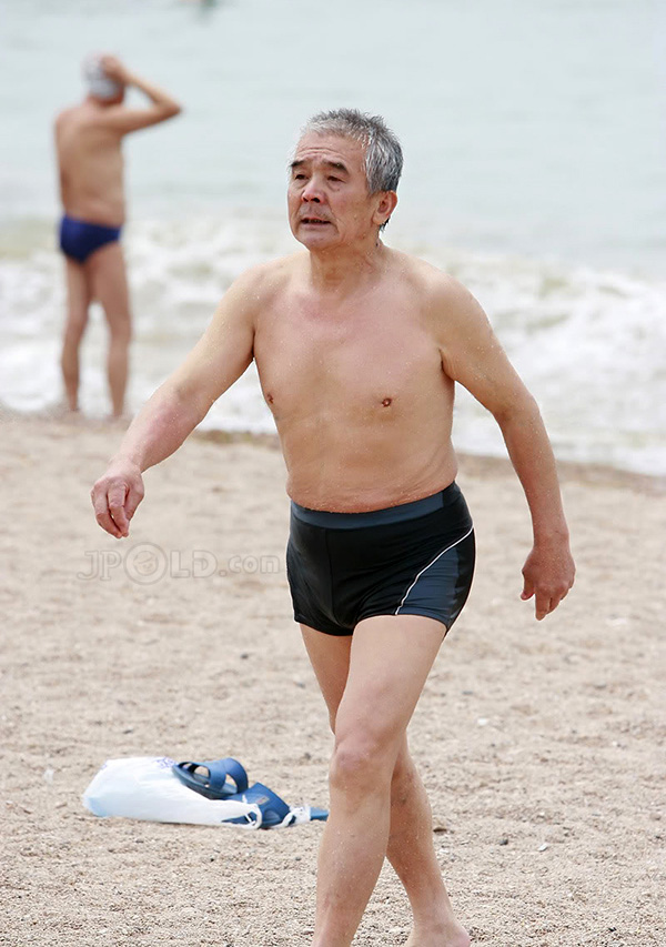 Skinny swimming old man changes underwear - Page of 4 - JPOLD