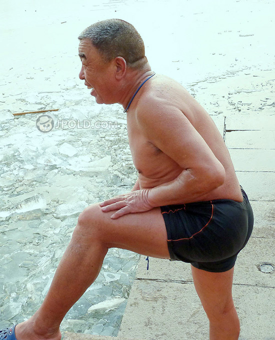 Strong old daddy in a black underwear swim in the winter