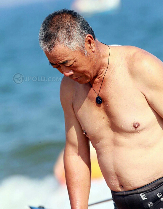 Swim old daddy in a black underwear at the sea