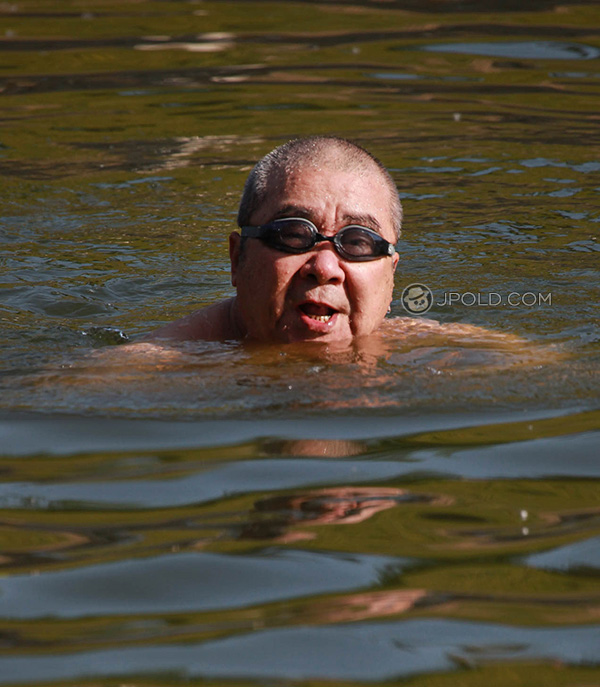 Old daddy was swimming in the lake