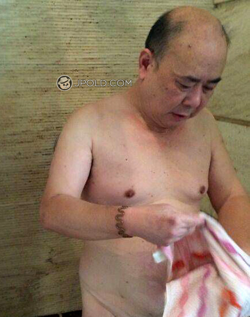 Old daddy in the public bathing room